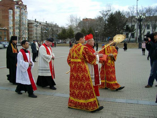 Cardinal_approaches_cathedral_steps
